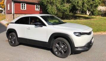 """<span class="""" font-weight-bold"""" data-lab-font_weight_desktop=""""font-weight-bold"""">VASK:</span> Jevnlig vedlikehold og vask er viktig for alle biler, også en elektrisk Mazda MX-30, for å unngå at rusten setter seg."""