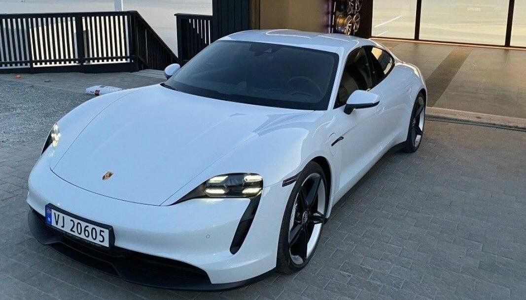 SJEKK SKILTET: Porsche Taycan-eieren valgte helt bevisst fossilbilskilt.