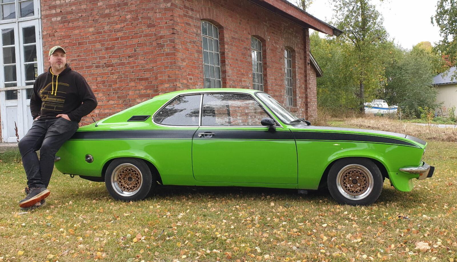 <b>SJEKK FARGEKODEN:</b> Bjørne Harry Olsen gjør hjemstedet Toten tøffere med Opel Manta, som bare er én av omlag et dusin biler han har på tomta, som er produsert hos den tyske fabrikken i Rüsselsheim.