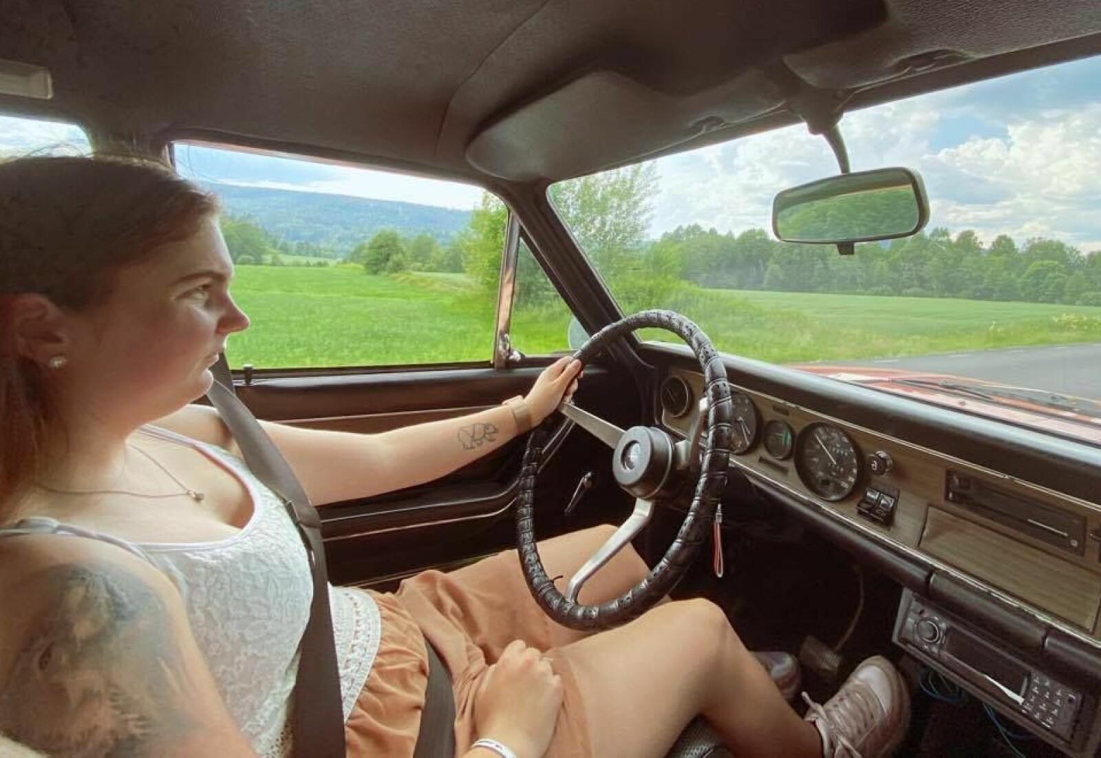 <b>UTE PÅ TUR:</b> – Å kjøre med pappa er selvsagt veldig hyggelig. Men det er noe helt annet å komme til – for eksempel – et biltreff i egen bil, sier Vanja Nygård, her bak rattet i sin Opel Commodore.