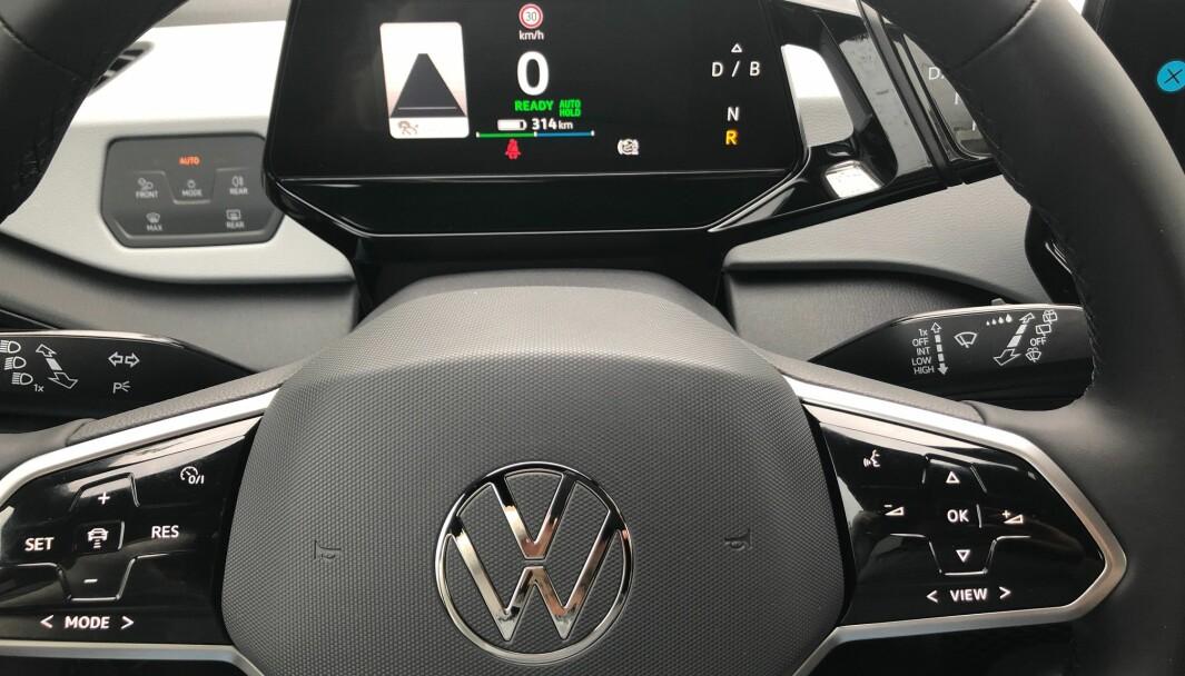 FØRERSTØTTETRØBBEL: Instrumentpanelet i en VW ID.3 med skiltgjenkjenning. Funksjonaliteten er upålitelig.