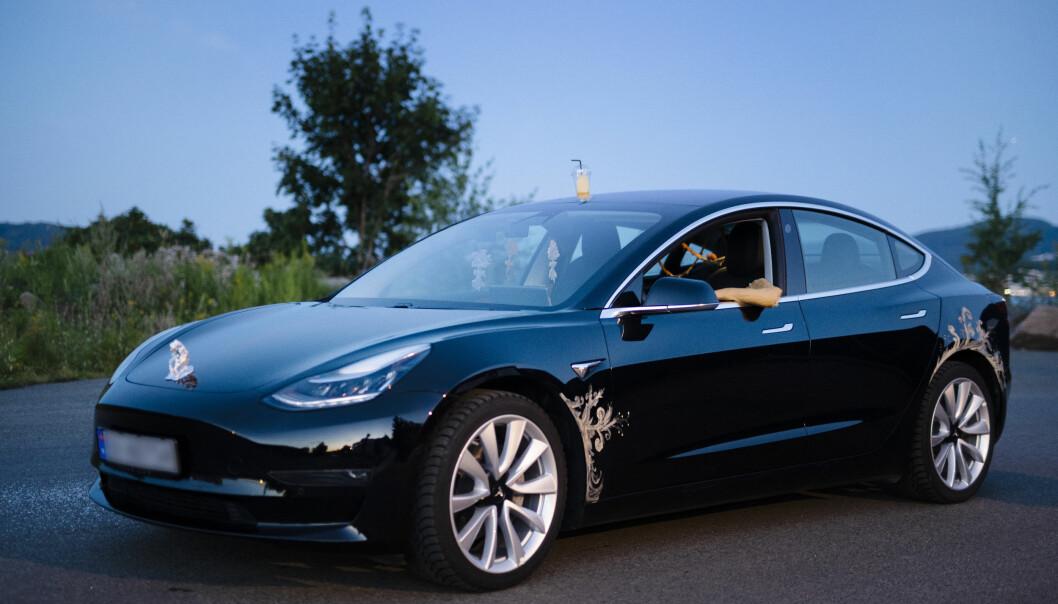 KUNSTUTSTILLING: Denne Tesla Model 3 er arena for en høyst spesiell kunstutstilling.