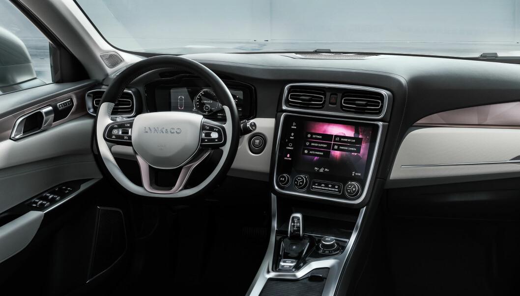 """<span class="""" font-weight-bold"""" data-lab-font_weight_desktop=""""font-weight-bold"""">KVALITET: </span>Redaktøren i Auto Motor &amp; Sport håper for Volvos del at blant annet interiørkvaliteten kan forsvare deler av prisdifferansen mellom Lynk og Volvo."""