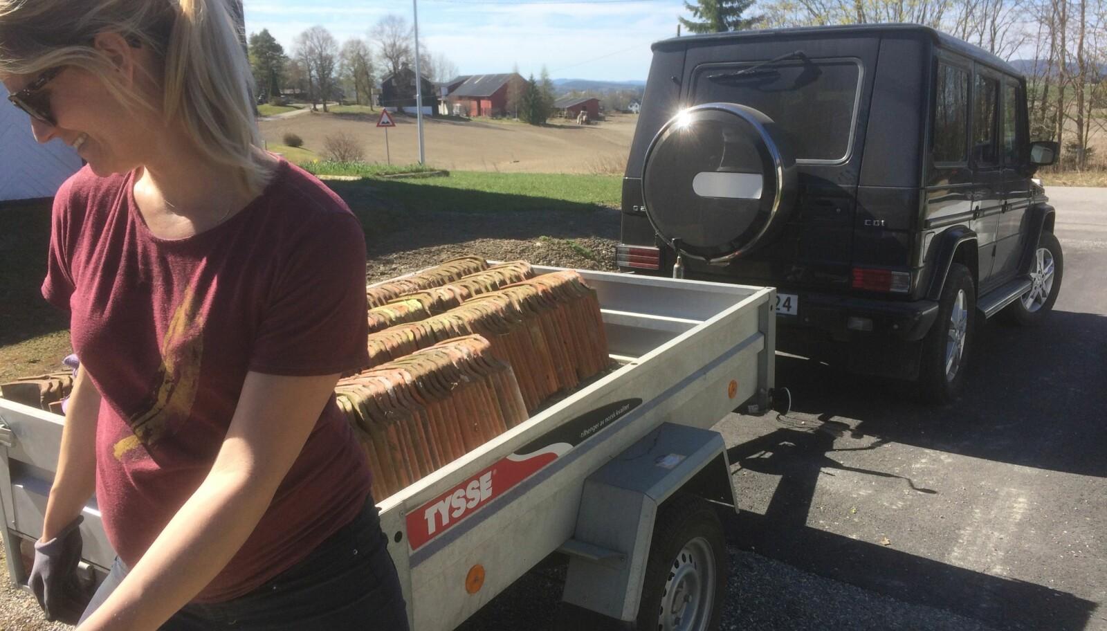 <b>RIKTIG UTSTYR:</b> Her bruker Astri Sjuls sin 2006-modell Geländewagen til å materialer for å bygge hønsehus.