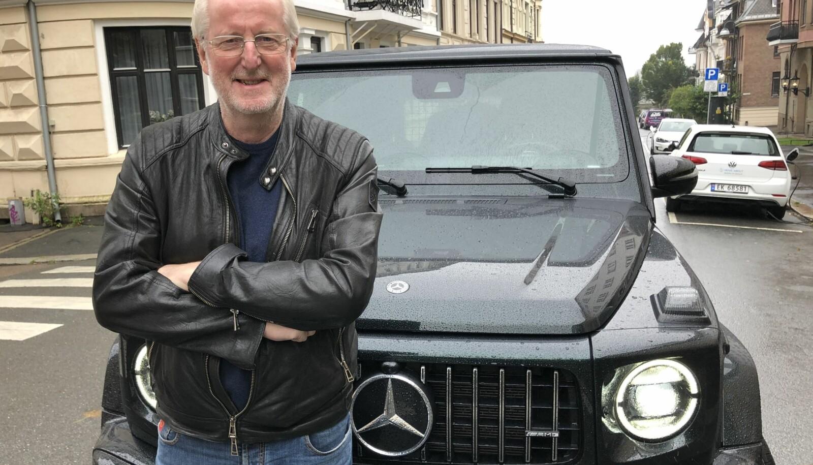 <b>TRYGGHETEN SELV: </b>Eyvind Hellstrøm føler trygghet i sin G-wagen. – Jeg kan kjøre Norge rundt så lenge det finnes bensinstasjoner, ler han.