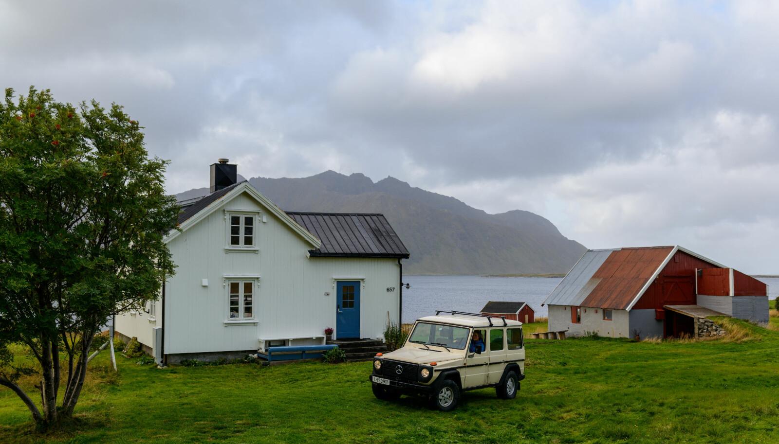 <b>ALTMULIGBIL: </b>Martine Løvold og familien har en røff 1984-modell Mercedes 230GE stasjonert på feriestedet i Lofoten. Der brukes den til alt fra familiebil til traktor.