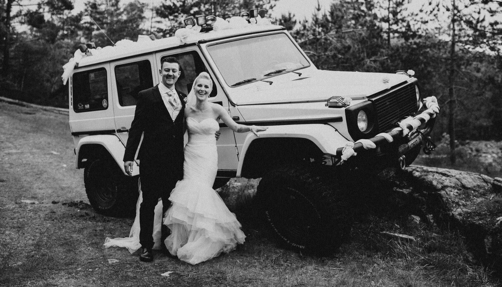 <b>EVIG VÅR: </b>Ørjan og Linda Moi-Heggernes gjorde stas på en av familiens to Geländewagen da de giftet seg i 2019. Brudekjolen tok ikke farge av «gjørmebryteren» i bakgrunnen.