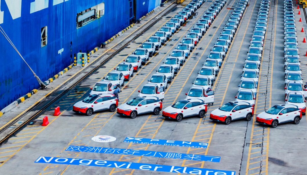 <b>KLAR FOR NORGE:</b> Hundrevis av skattefrie Xpeng G3-biler på havna i Kina klar for transport til Norge.