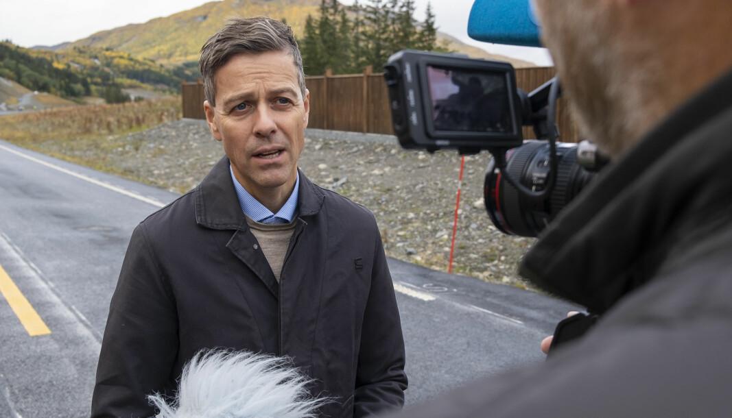 <b>NYE VEIER:</b> Samferdselsminister Knut Arild Hareide under veiåpning i Valdres tidligere i høst.