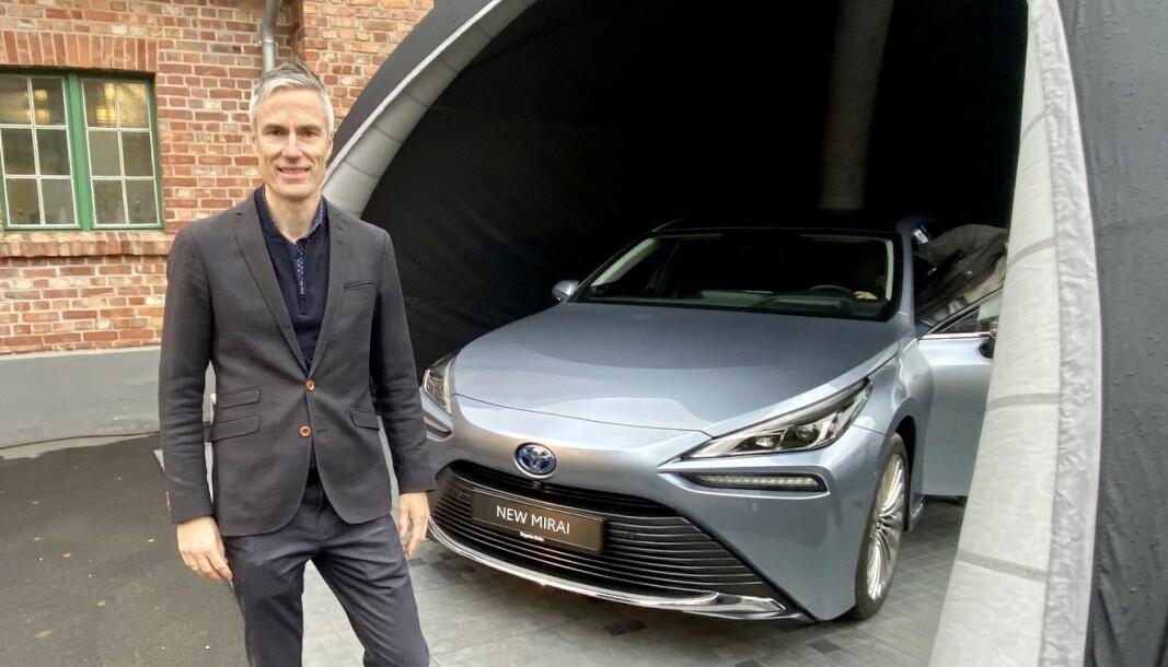 LEVERINGSTART OVER NYTTÅR: Informasjonssjef Espen Olsen i Toyota Norge med hydrogenbilen Mirai.
