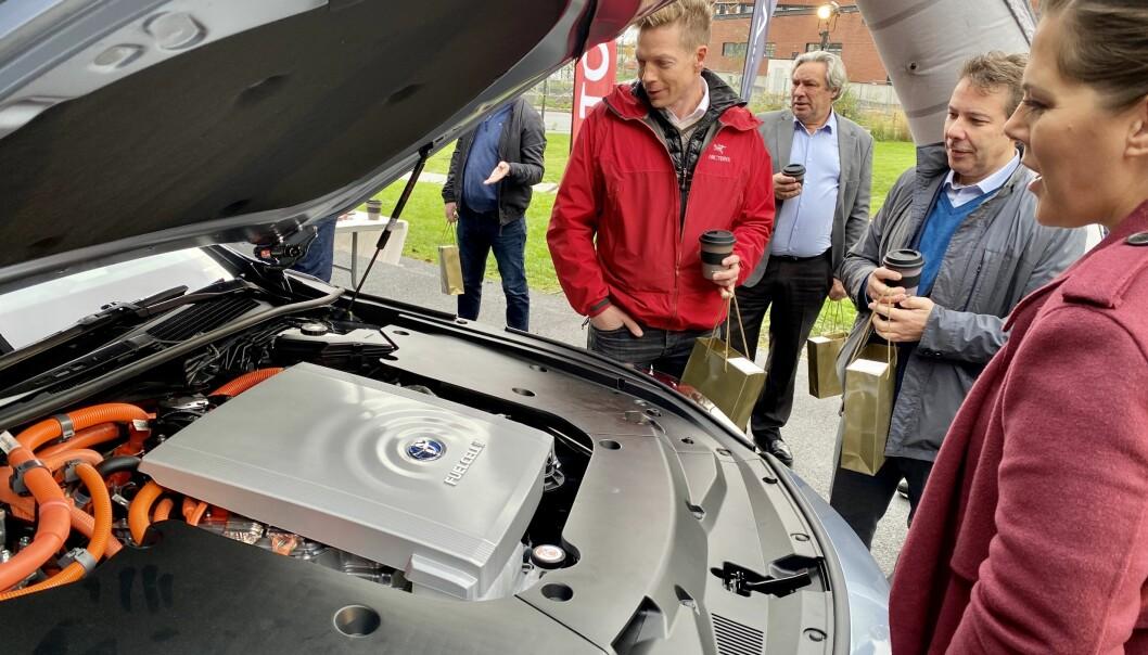 <b>ET BLIKK PÅ FREMTIDEN: </b>Bjørn Simonsen, informasjonsdirektør i NEL, Steffen Møller-Holst, markedsdirektør i SINTEF og Lene Westgaard-Halle, stortingsrepresentant for Høyre rundt motorrommet på nye Toyota Mirai.