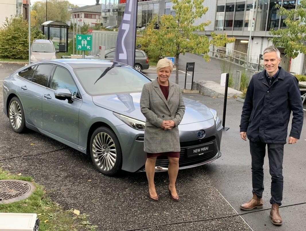 ALTERNATIVET: Siv Jensen syntes åpenbart møtet med Toyotas nye hydrogenbil, Mirai 2, var interessant. Her sammen med Espen Olsen, informasjonssjef i Toyota Norge.