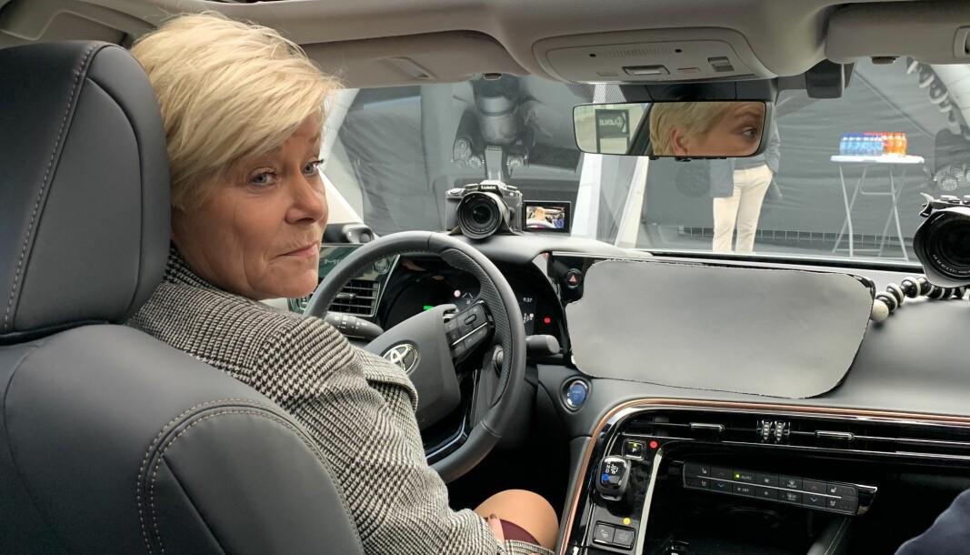 <b>PRØVER HYDROGENBIL:</b> Under en kjøretur med nye Toyota Mirai lar den tidligere finansministeren det falle noen ord om avgiftsendringene.