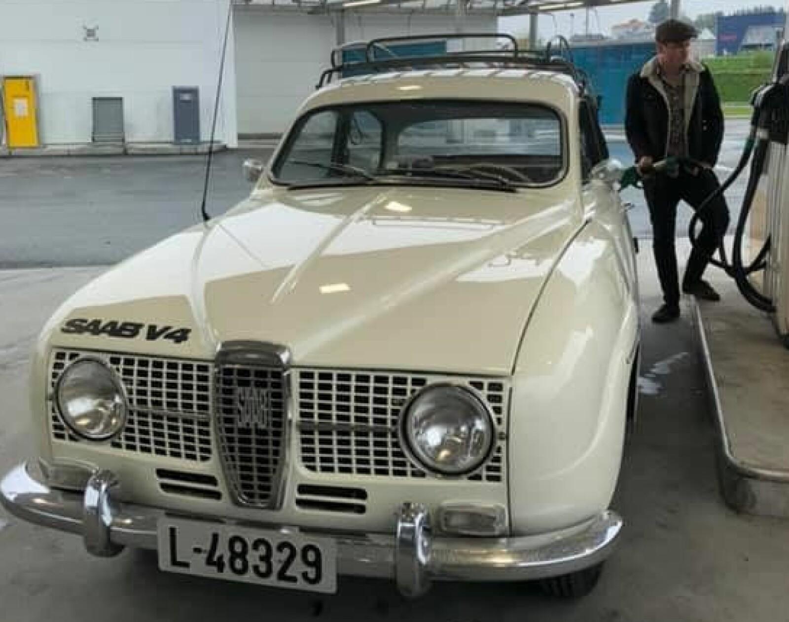 <b>PIT-STOP: </b>Mellom Sognefjorden og Hardanger lager vossingen Eivind Dæmring Styve mye god lyd: Han er medlem i to band og kjører sin hvite 1967-modell Saab 96 med V4-motor.