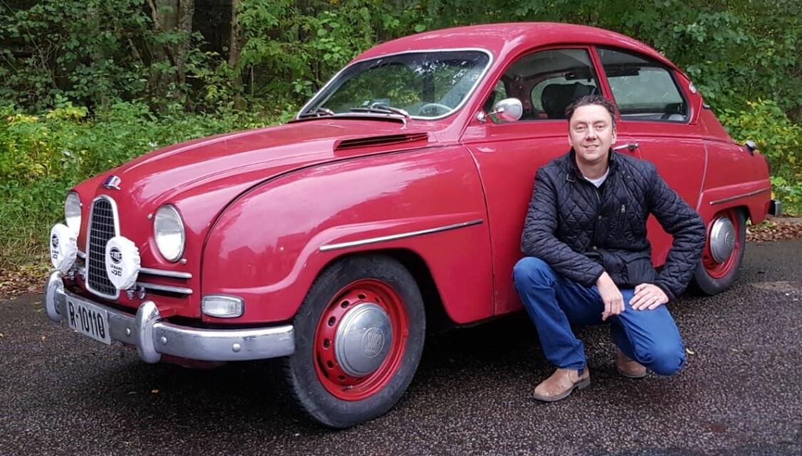 <b>KALLER PÅ SMILET: </b>Henning Skjølås jobber som innkjøper av frukt og grønt og kjører en 1961-modell Saab 96 med rødfarge som et fristende eple. Han hadde aldri trodd han skulle bli Saab-eier før en kollega tok han med på en prøvetur.