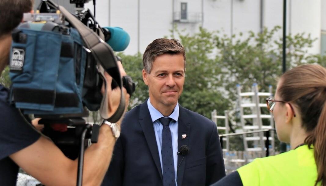 <b>REDUSERER:</b> – Vi reduserer bompengekostnadene, sier samferdselsminister Knut Arild Hareide.