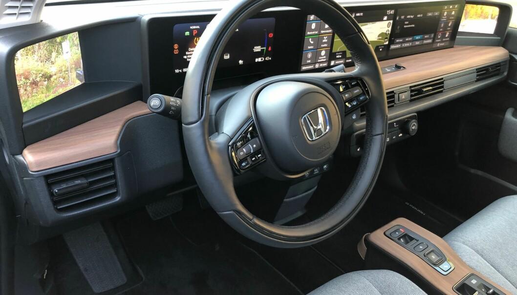 """<span class="""" font-weight-bold"""" data-lab-font_weight_desktop=""""font-weight-bold"""">TRIVELIG:</span> Ingen tvil om at interiøret til Honda e er fristende, men er det også tryggere med tanke på koronaviruset? Forbukertilsynet er kritisk til Hondas påstand."""
