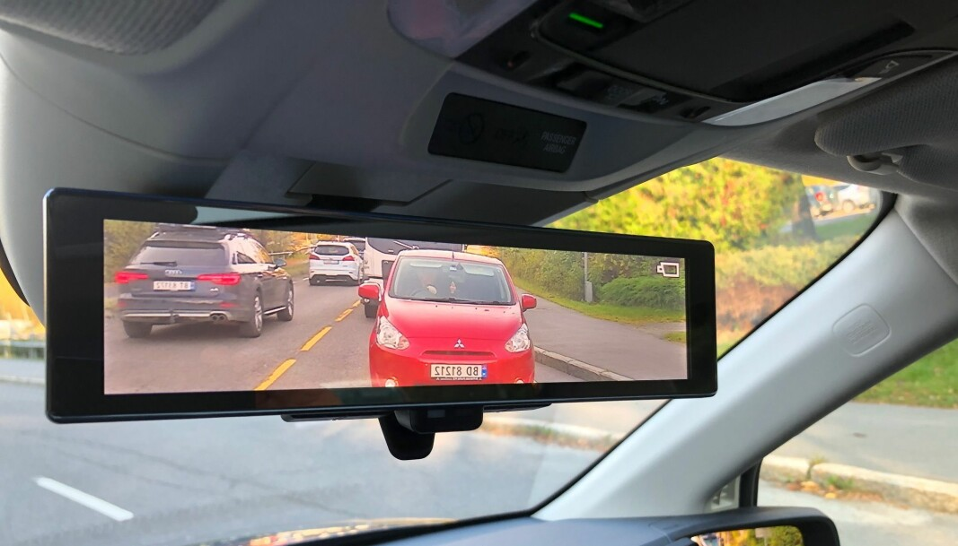 """<span class="""" font-weight-bold"""" data-lab-font_weight_desktop=""""font-weight-bold"""">DIGITALT SPEIL:</span> I en bil med mange passasjerer eller mye bagasje, fungerer et digitalt speil utmerket. Dette er fra innsiden av nye Honda e."""