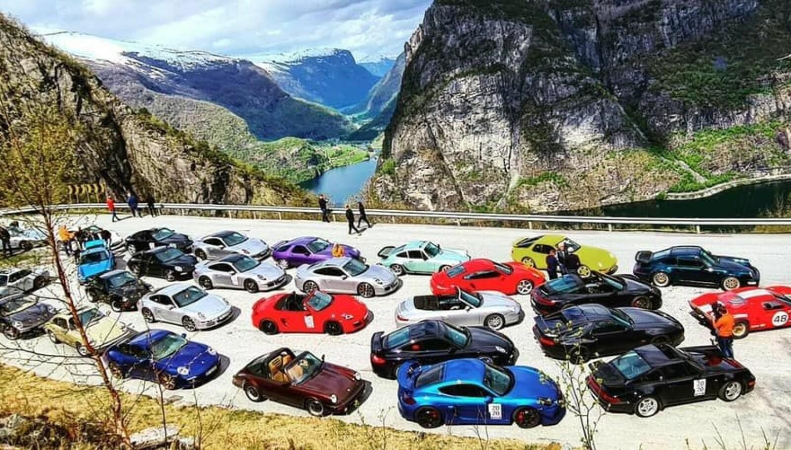 <b>TREFF I HØYDEN: </b>Kari Huebner fra Oslo liker å kjøre på bane, og føler seg hjemme på svingete fjellveier, på tur med andre Porsche-entusiaster.