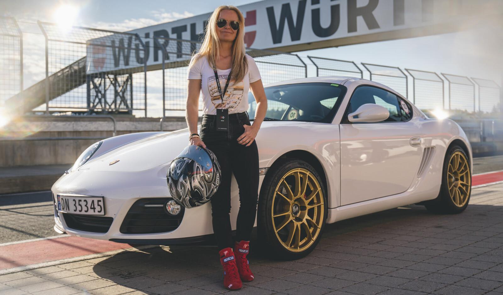 <b>VIL HA MED FLERE JENTER: </b>Simone Mellegaard kan skru bil og i beste fall kjøre fra stimen av mannfolka med langt dyrere og raskere Porsche-modeller. Ofte er hun eneste kvinne blant hundrevis av mannfolk på banedager.