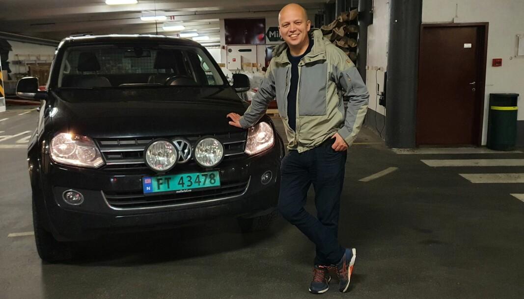 PARKERT I STORTINGSGARASJEN: Som statsrådene kjører Senterpartiets leder sort bil, men den tyske pickupen skiller seg ellers merkbart fra offisielle kjøretøy. Trygve Slagsvold Vedum er synlig stolt av sin VW Amarok.