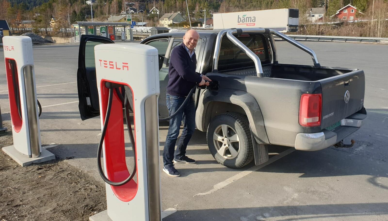<strong>FINN ÉN FEIL:</strong> Trygve Slagsvold Vedum liker å utfordre. Her tulleparkerer han sin VW Amarok ved en av Teslas ladestasjoner.