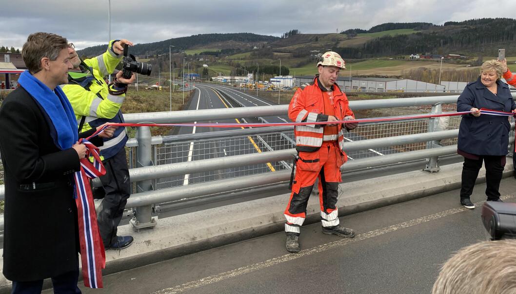 KLIPPE, KLIPPE: Veidekke-lærling Håkon Harkestad fikk æren av å klippe snora da E6 mellom Brumunddal og Moelv ble åpnet mandag.