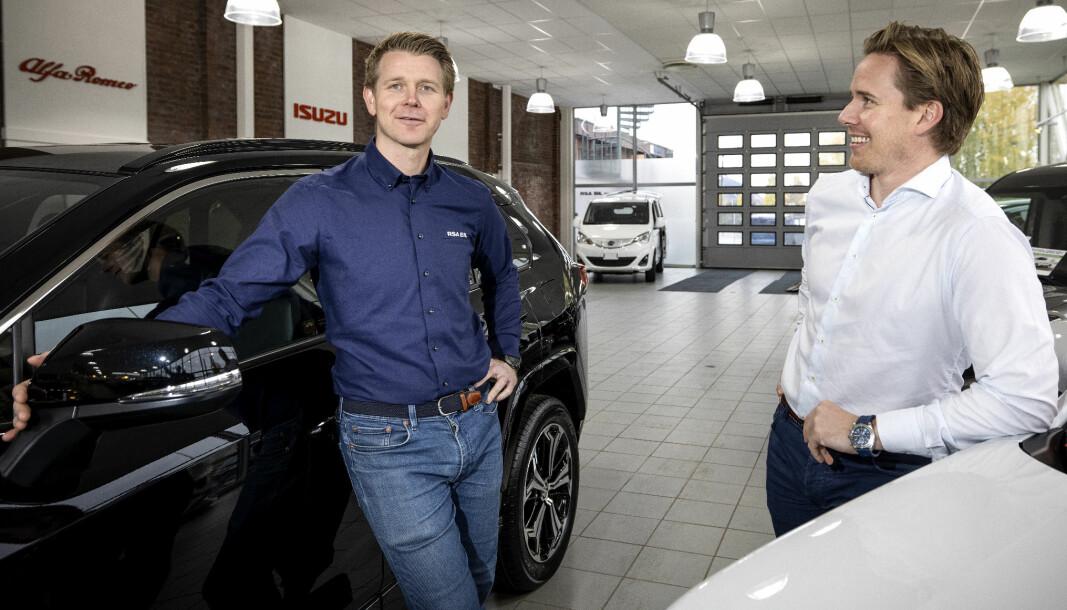 SELGER KINA-SUV: Salgssjef Simen Wøien Christensen (t.v.), her sammen med Vegard Halden ved RSA i Drammen.