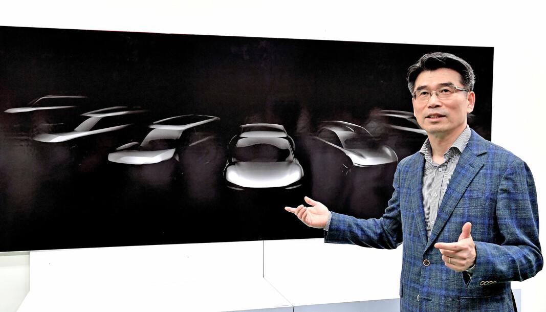 STORE PLANER: Den nye Kia-sjefen Ho Sung Song foran noen av de nye modellidéene.