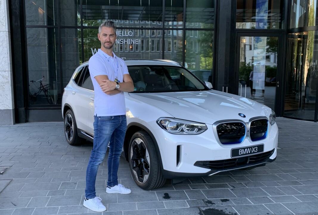 VEDLIKEHOLD: Marius Tegneby i BMW mener bileierne må bli flinkere på vedlikehold. Her foran splitter nye BMW iX3