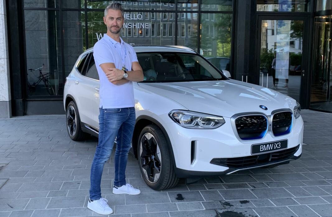 LANSERES: BMW iX3, her med informasjonsdirektør Marius Tegneby i BMW Group Norge, leveres til norske kunder fra første kvartal neste år.