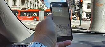 Bilfører med håndfri dømt for å ha holdt mobil