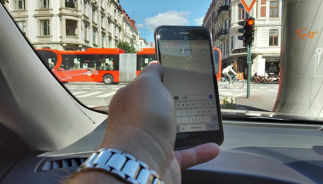 LOVLIG, ULOVLIG: Det er ikke lov å bruke mobilen når du står på rødt lys. Men i andre situasjoner er det lov.