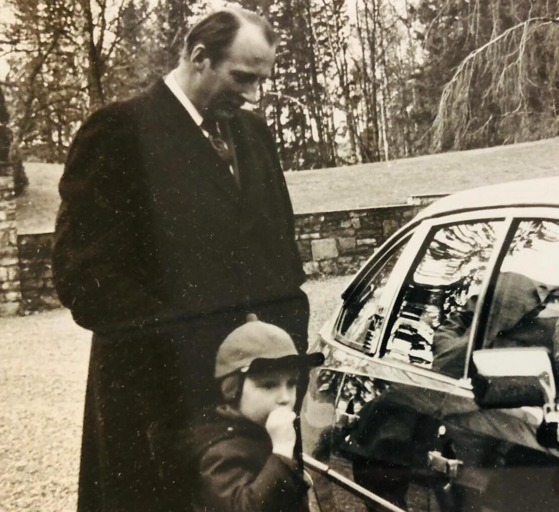 """<span class=""""font-weight-bold"""" data-lab-font_weight_desktop=""""font-weight-bold"""">INGEN GRUNN TIL SKEPSIS: </span>En smilende kronprins Harald og prins Haakon Magnus under overrekkelsen på Skaugum."""