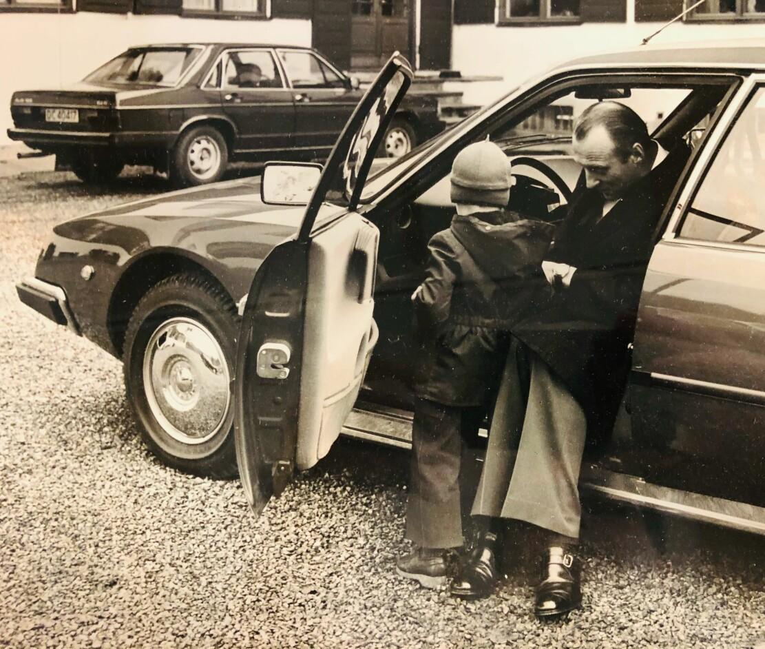 """<span class=""""font-weight-bold"""" data-lab-font_weight_desktop=""""font-weight-bold"""">FØRSTE SITTETEST: </span>Kronprins Harald prøver førersetet i sin nye CX Prestige."""