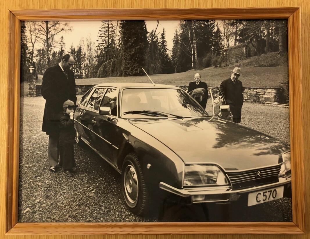 ORIGINALEN: Motor fant de forsvunne bildene av dåværende kronprins Harald og prins Haakon Magnus som i 1977 fikk overlevert bilnøklene til Citroën CX Prestige utenfor hjemmet på Skaugum.