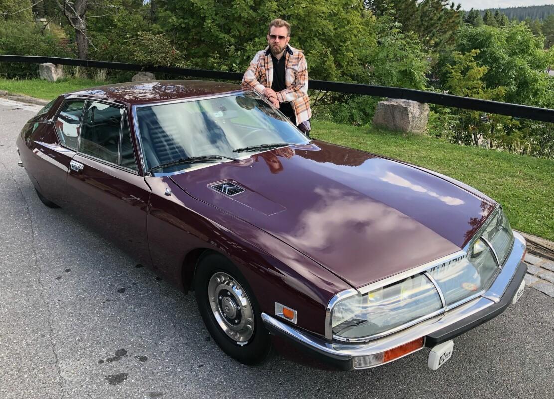 """<span class=""""font-weight-bold"""" data-lab-font_weight_desktop=""""font-weight-bold"""">SJELDEN FUGL:</span> Citroën SM ble bygget i rundt 12.500 eksemplarer fra 1970 til 1975 og kunstner Sverre Malling har nylig sikret seg et pent eksemplar av arten."""