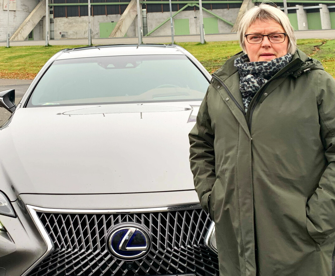 """<span class=""""font-weight-bold"""" data-lab-font_weight_desktop=""""font-weight-bold"""">RETT PÅ SAK:</span> Ingrid Rusten og mannen Stein Tronsmoen (som her tar bildet) er så fornøyd med Lexus at den syvende modellen fra det japanske merket ble toppmodellen LS500h."""