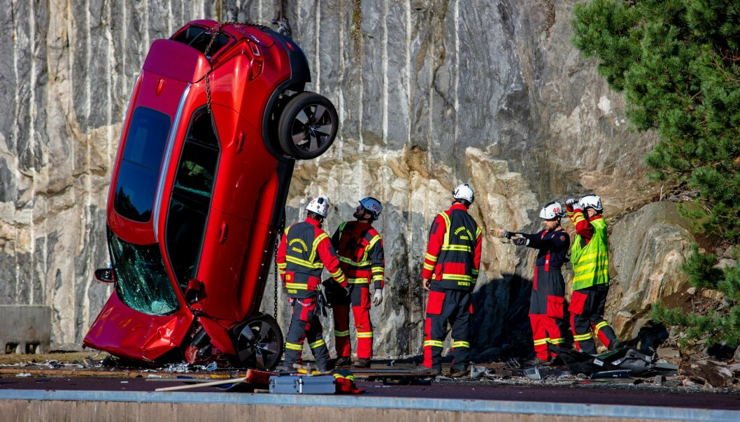 VOLDSOMT: Det kontrollerte sammenstøtet etter slipp fra en kran skal gi redningsarbeidere mulighet til å trene på realistiske ulykkessituasjoner.