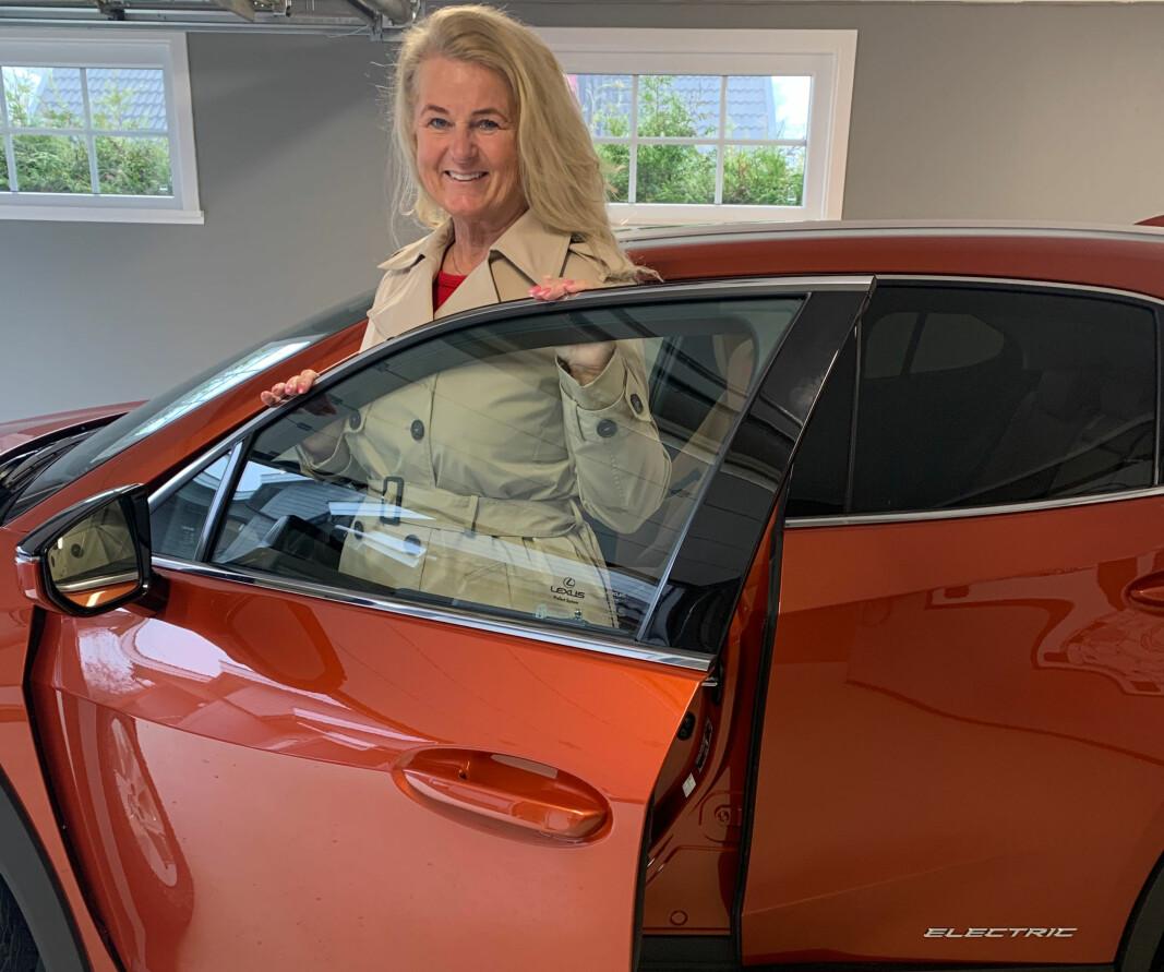 """<span class=""""font-weight-bold"""" data-lab-font_weight_desktop=""""font-weight-bold"""">ORANSJE DAGER: </span>Hilde Karin Kløvfjell synes kombinasjonen av Lexus' kvalitet og den lovede rekkevidden på litt over 30 mil er riktig kombinasjon for hennes reisebehov."""