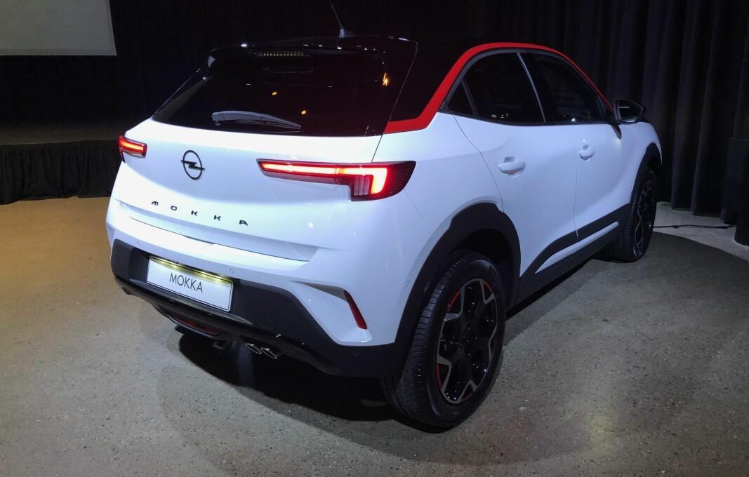 """<span class="""" font-weight-bold"""" data-lab-font_weight_desktop=""""font-weight-bold"""">OPEL-DESIGN: </span>Bakfra kjenner vi igjen en Opel på baklysene. Dette er GS line Pack med den karakteristiske røde taklinjen."""