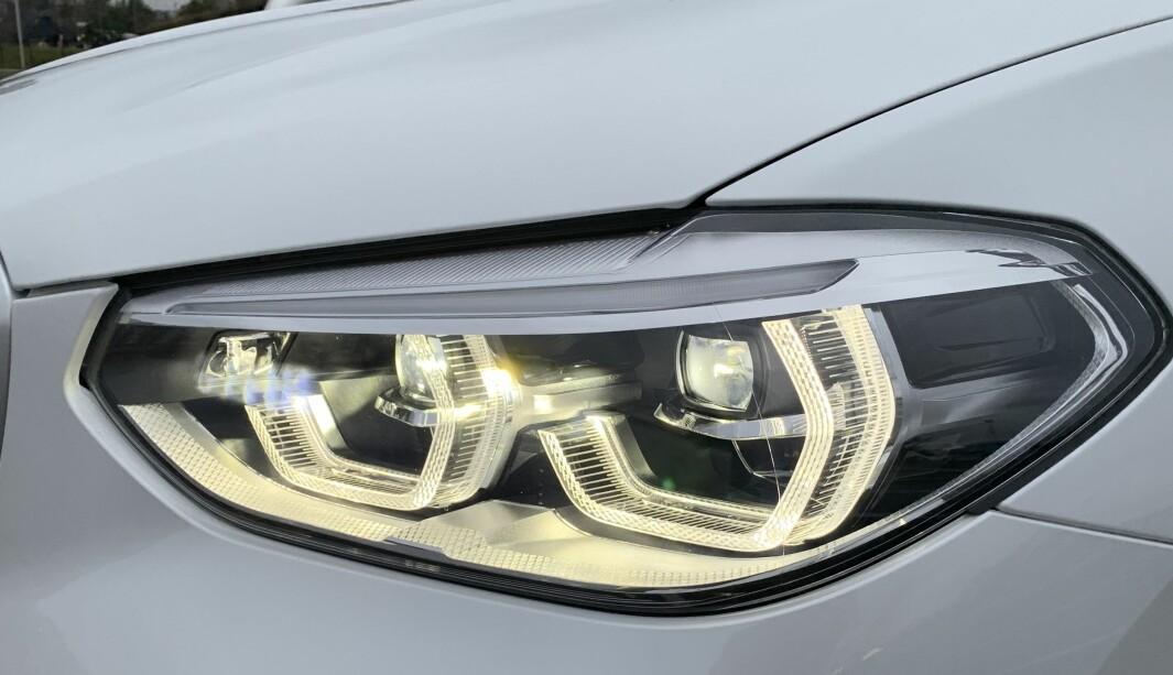 """<span class="""" font-weight-bold"""" data-lab-font_weight_desktop=""""font-weight-bold"""">BRA LYS, MEN: </span>Den nye elbilen fra BMW, iX3, ser sånn ut i fronten. Lysene er sikkert svært gode, men heller ikke her er det noen form for vaske- eller spylermekanisme."""