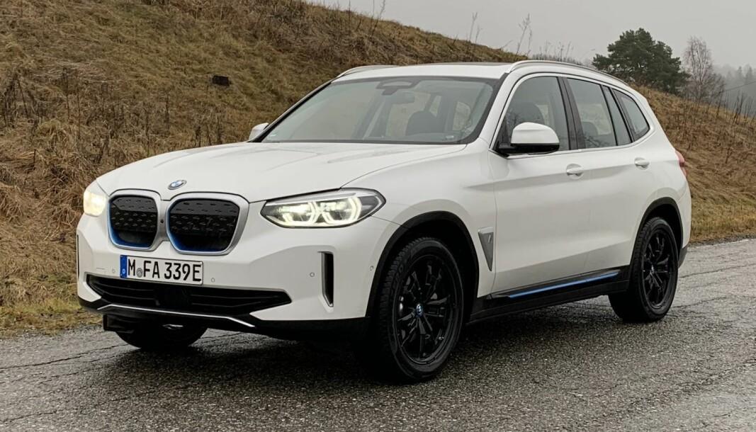 DISKRET: BMW iX3 er rett og slett en X3 med elektrisk drivlinje. Kun designdetaljer, som tett grill og innslag av blått, avslører den.