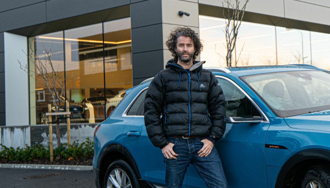VANT RETTSSAK: Eirik Skjærseth har nå kjøpt seg en Audi e-tron, men ikke hos Hellestø Bilpaviljongen (i bakgrunnen).