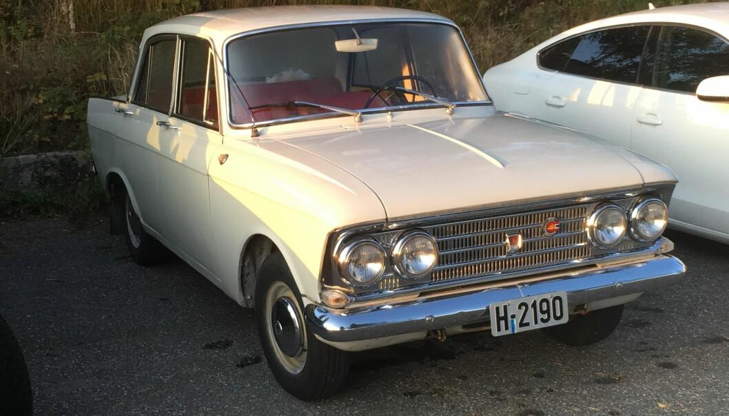 """<span class=""""font-weight-bold"""" data-lab-font_weight_desktop=""""font-weight-bold"""">STATUSRUSSER: </span>I mange år var Jan Paulsen limet i miljøet for eiere av russiske kjøretøy. Selv kjørte han ikke Lada, men den litt finere Moskvitch. Modellen 408 fra 1966 er én av hans to eksemplarer av merket."""