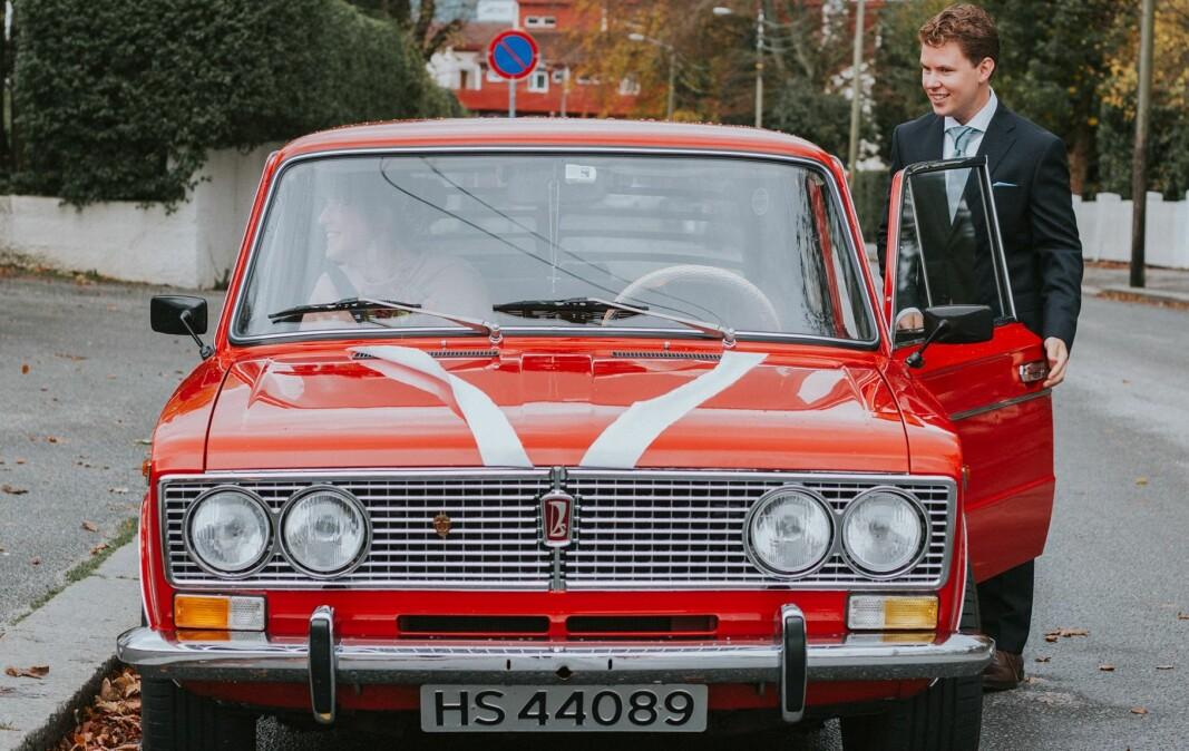 RØD SONE: I oktober 2020 giftet Thomas Steinsletten seg med Abigail-Joy Bowen. Paret valgte hans Lada som bryllupsbil.