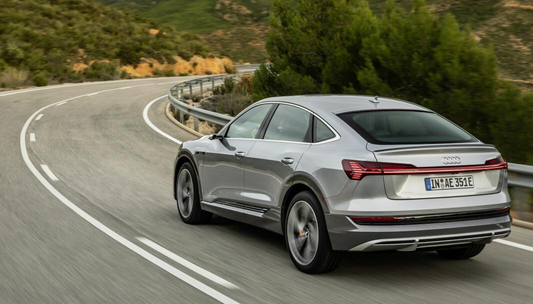 OPPGRADERES: Audi e-tron, her i en Florett Silver-farget 55 Sportback-versjon, får øket ladekapasitet.