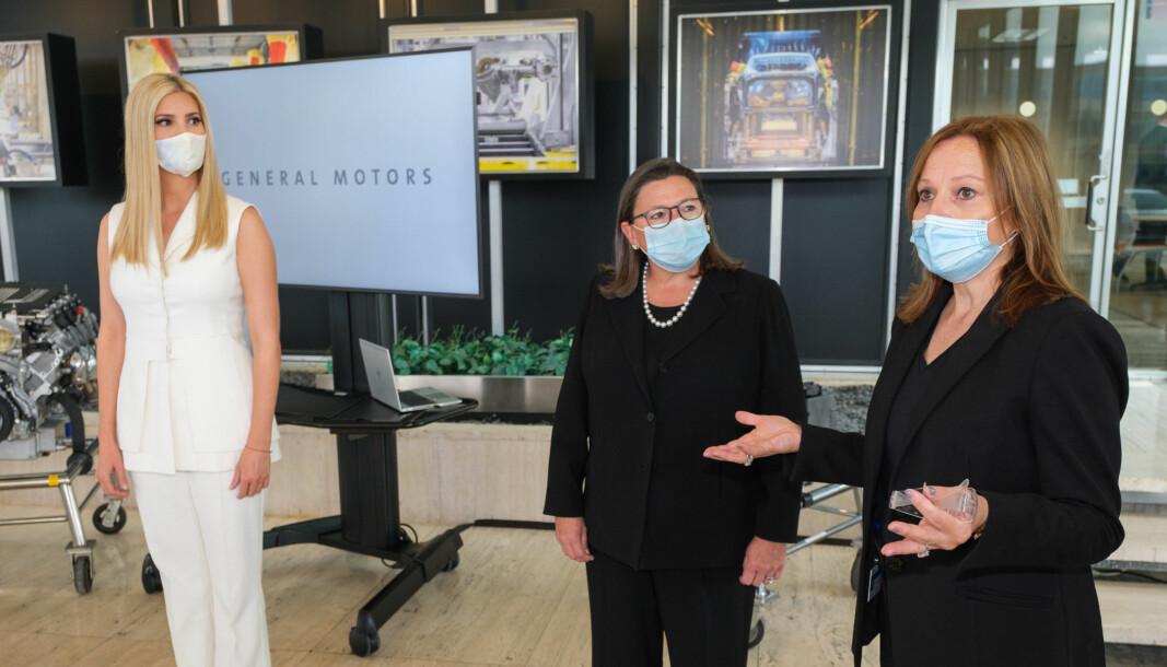 SORRY: GM-sjef Mary Barra (t.h.) med spesialrådgiver Ivanka Trump (t.v.) og viseminister i Handelsdepartementet, Karen Dunn Kelley.