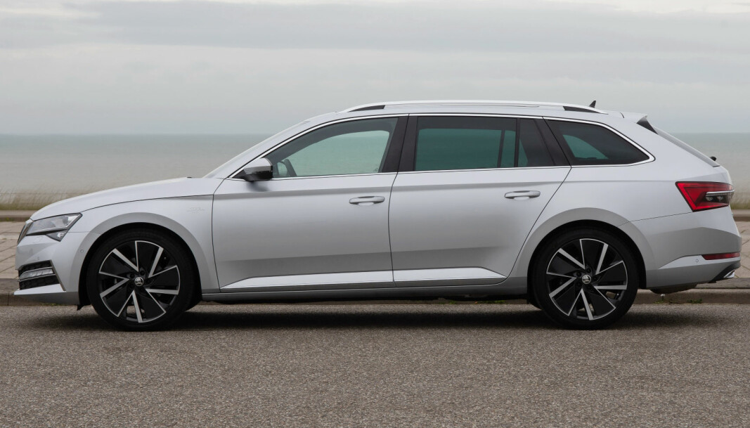 """<span class=""""font-weight-bold"""" data-lab-font_weight_desktop=""""font-weight-bold"""">FINALIST 2:</span> Skoda Superb (ladehybrid)"""