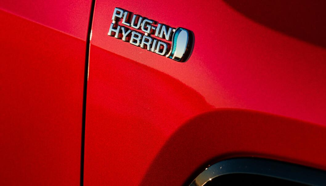 """<span class=""""font-weight-bold"""" data-lab-font_weight_desktop=""""font-weight-bold"""">DEN STORE FORSKJELLEN:</span> RAV4 har vært populær som ordinær Toyota-hybrid. En liten logo markerer den store forskjellen."""